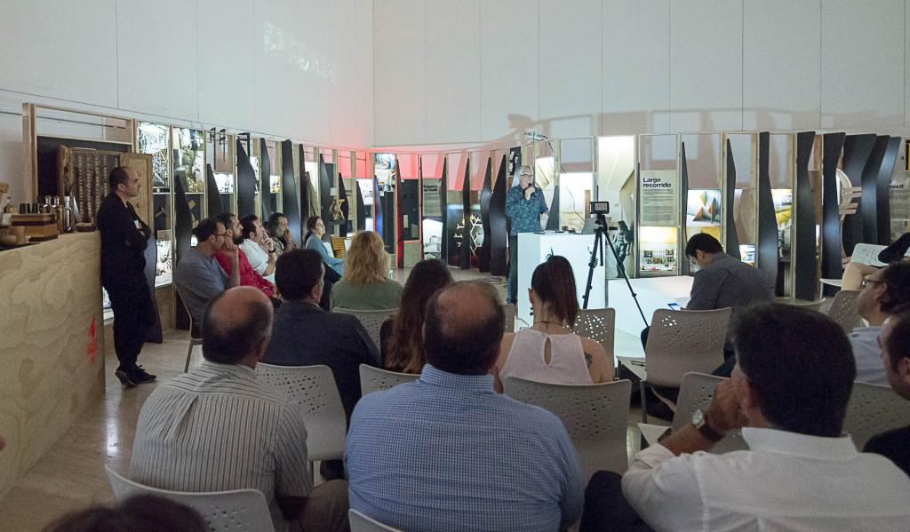 El compositor Luis Ivars explicando su proceso creativo en el evento CONEXIÓN by Finsa