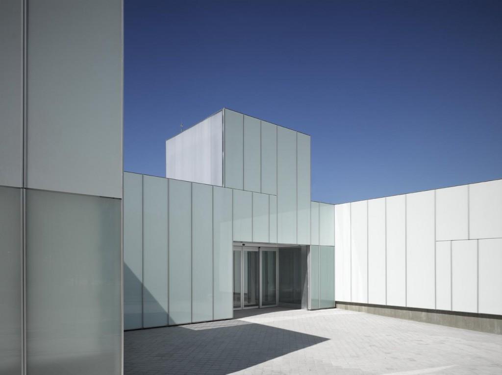 Centro de Salud de Villaverde. Estudio Entresitio, Madrid, 2010. Foto: Roland Halbe.