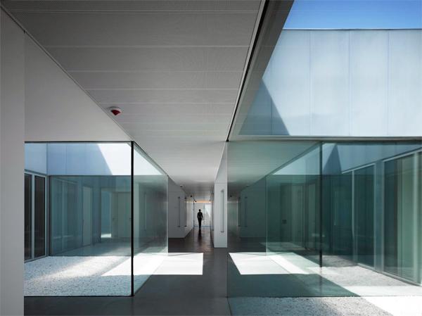 Centro de Salud de Villaverde, Madrid, 2010. Foto: Roland Halbe.