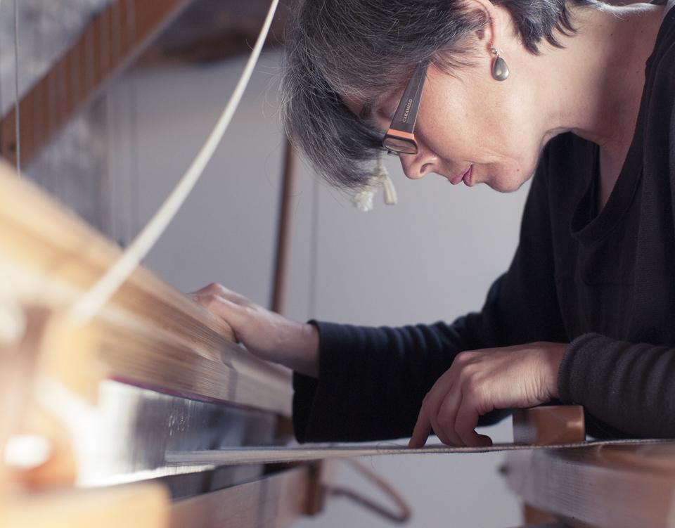 Anna Champeney trabajando en su telar. Foto: annachampeney.com
