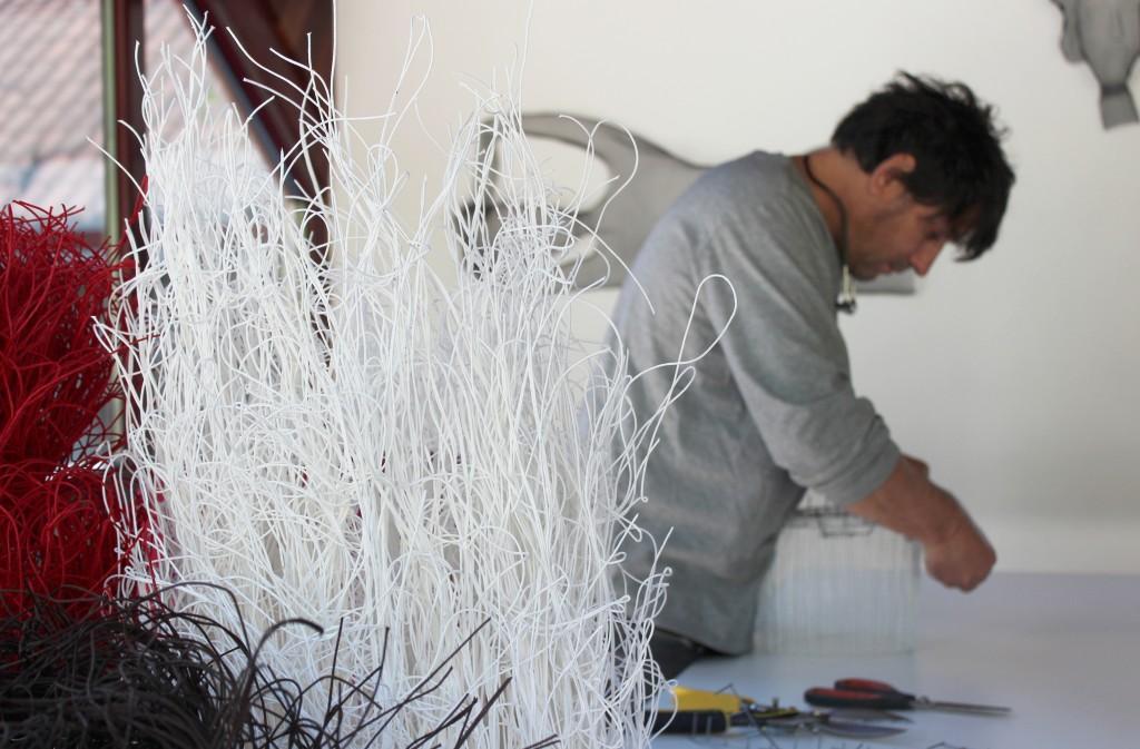 Arturo Álvarez trabajando en un nuevo diseño en su taller. Foto: arturoalvarez.com