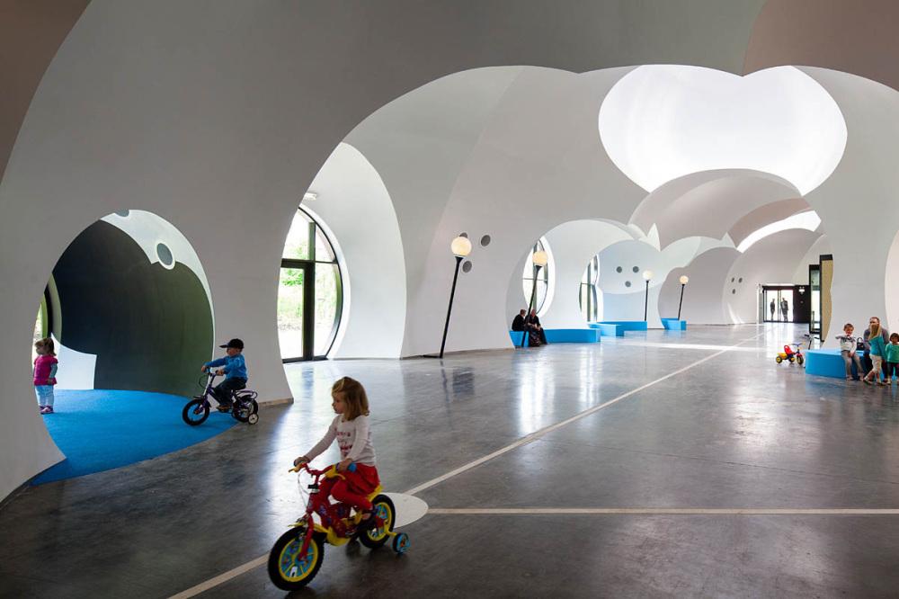 ARquitectura sostenible gracias a las burbujas se aprovecha la estructura e instalaciones de una nave industrial.