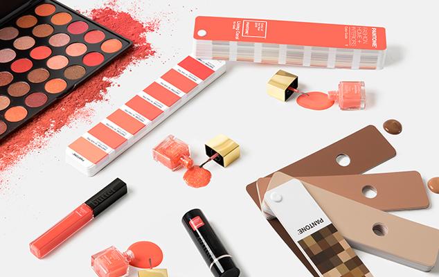 El Living Coral es un tono favorecedor en moda y maquillaje. Fotografía: Pantone.com.